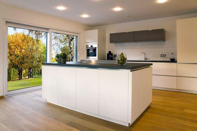 weiße Küche mit Kochinsel Küchen mit Kochinsel Pinterest - sockelleisten für küchen