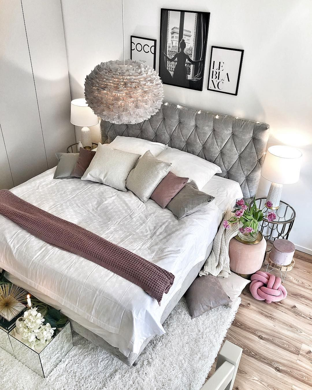 Romantisch Eingerichtetes Schlafzimmer Mit Luxus Boxspringbett In Grau Lampe Mit Federn Kissen In Den Farben Weiß Beige B Decor Home Decor Bedroom Makeover
