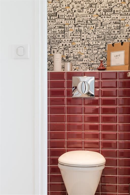 Red tiles and unusual wallpaper toilets Carrelage rouge et papier