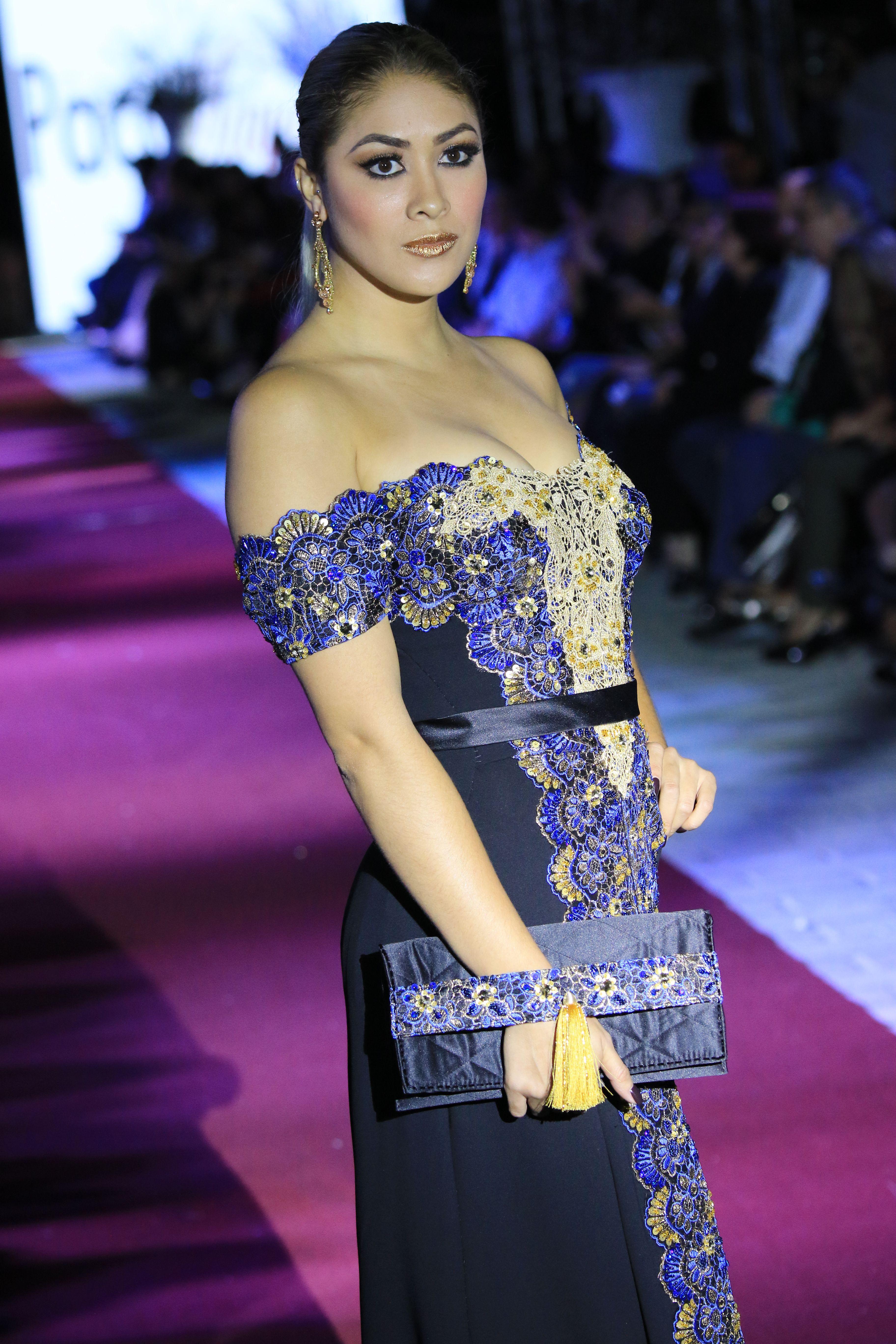 Vestido en crepe de seda negro con guipur en azul rey y oro, bolsa a ...