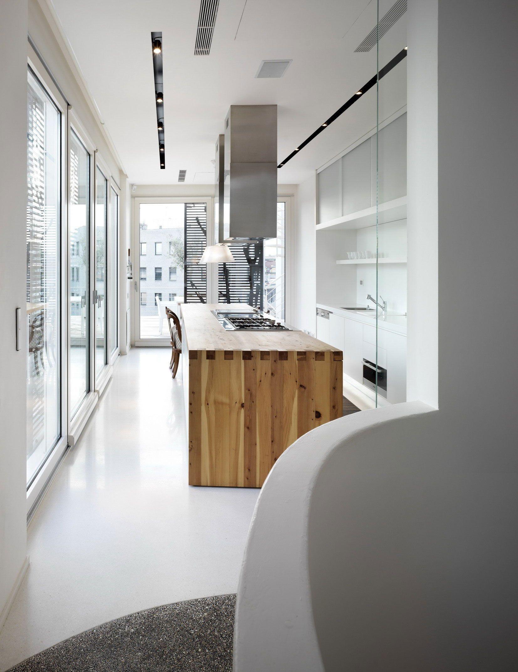 Cocina con isla de madera para zona de cocci n paredes for Suelo resina epoxi vivienda