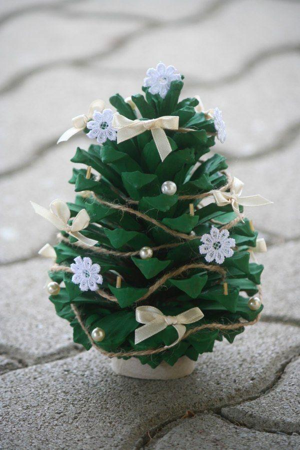 weihnachtsbaum basteln tannenzapfen bemalen schleifen blumen ...