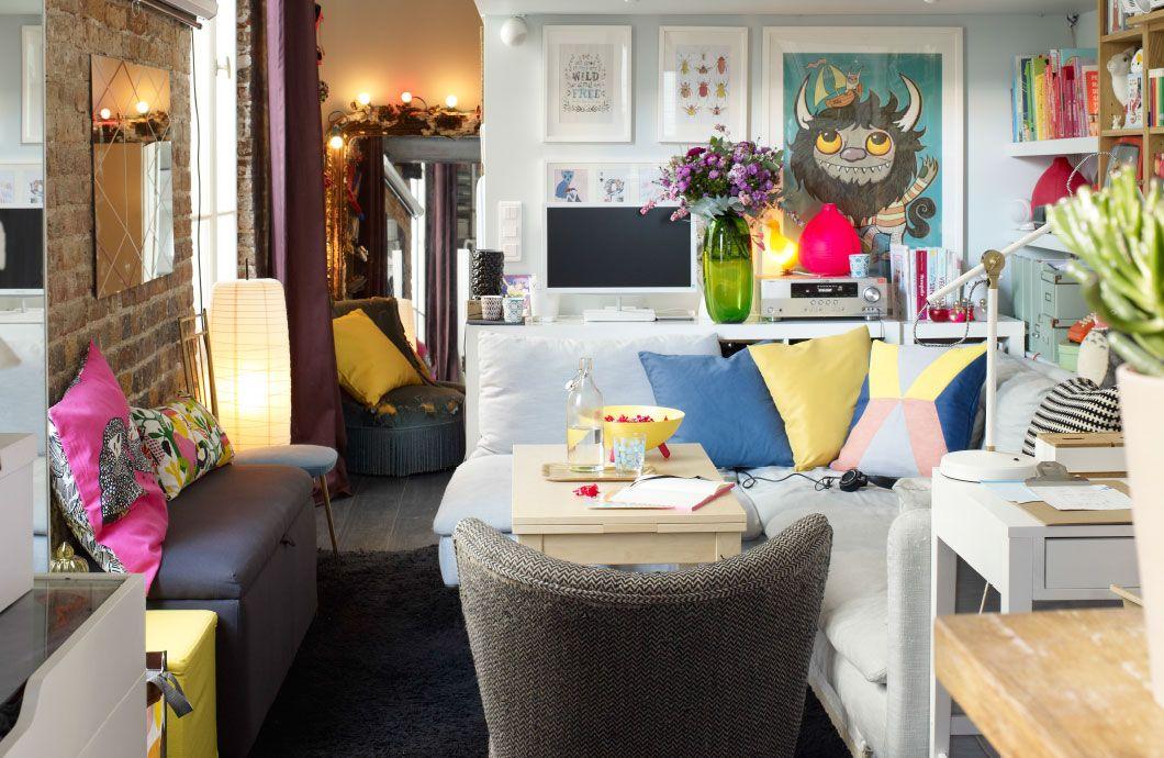Zicht op de woonkamer; wanden en zitbank in neutrale kleuren ...