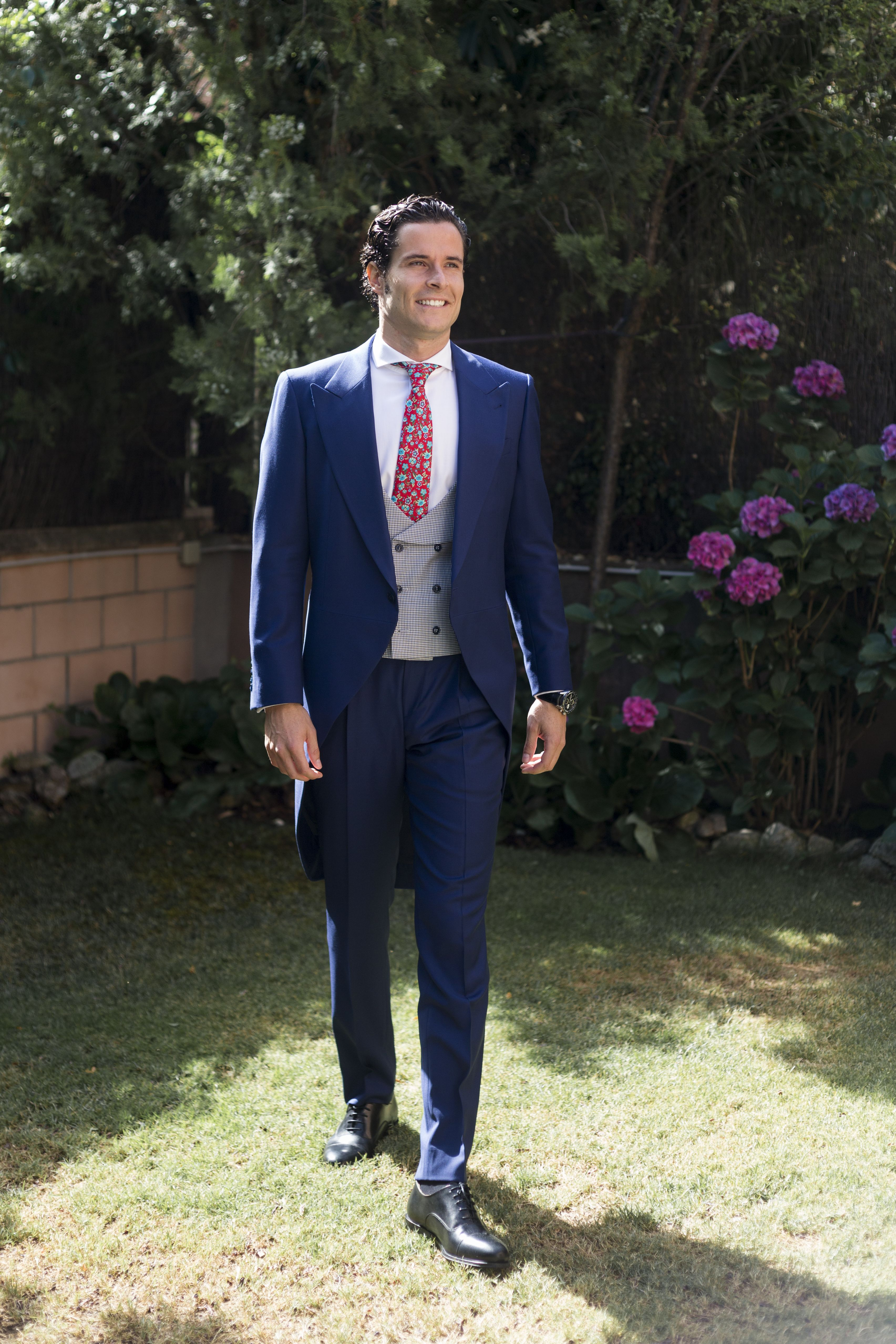 Chaqué de novio a medida azul tinta.  tomblack  sastreria  chaque  traje   azul  novio  boda  wedding  chaleco 7fdb4be355a