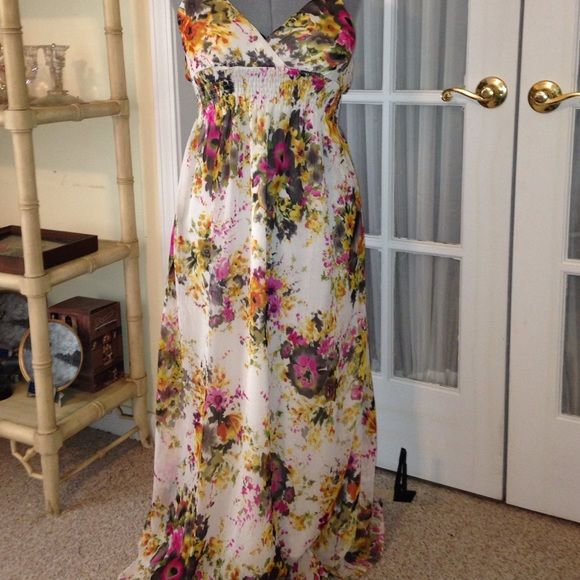 Maxi dress Pretty crisscross neckline. Elastic at the waist. Adjustable straps. She's cool Dresses