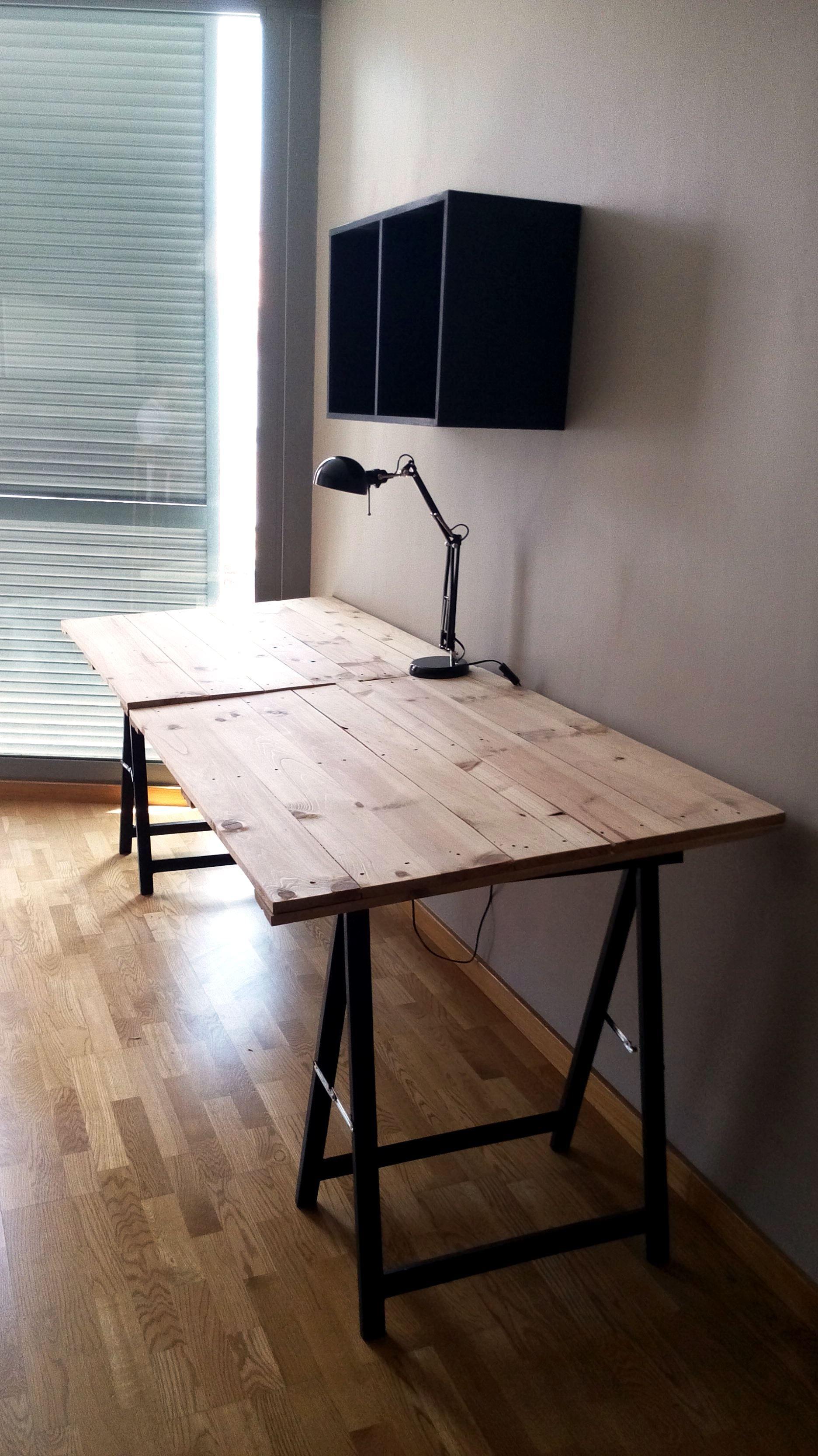 Mesas estudio realizadas con tablones de madera y - Caballetes de madera ...