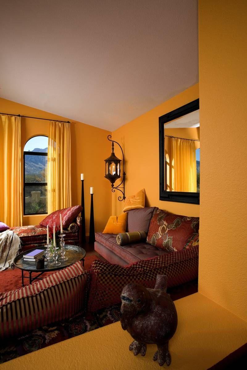 Marokkanische Wohnzimmer Einrichtung mit greller Wandfarbe