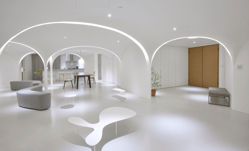 This minimalist apartment has light filled arches for Archi per interni appartamenti
