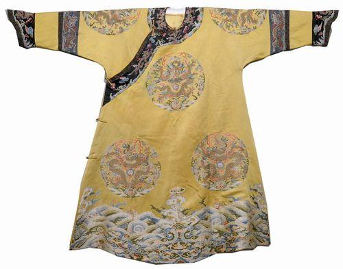 清·明黄缎团龙纹吉服   此件吉服为皇后所有,明黄色,领袖皆石青色。绣五爪金龙八团,两肩、身前后正龙各一,襟(jīn)行龙四,下幅八宝立水。