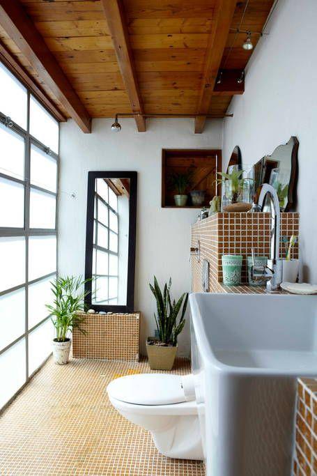 Un loft industriel et cosy de caractère, mélangeant briques rouges