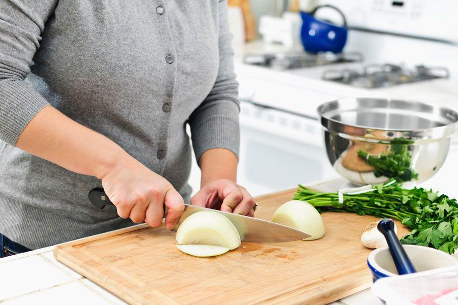 ***¿Cómo Picar Cebollas sin Llorar?*** El mal que siempre nos pesa cuando intentamos cortar las cebollas. Basta de lagrimas, llego la solución......SIGUE LEYENDO EN...... http://comohacerpara.com/picar-cebollas-sin-llorar_482c.html