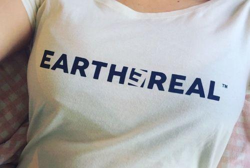 """Shop it: https://loox.io/p/E1mSqTdYWW?ref=loox-pin   """"Tipp topp! Veldig god å ha på seg, og på toppen av det fin og kan brukes både hverdags og fest! Blir nok ikke siste T-skjorta jeg kjøper!..."""" -Jani B. #Women #Shirts"""