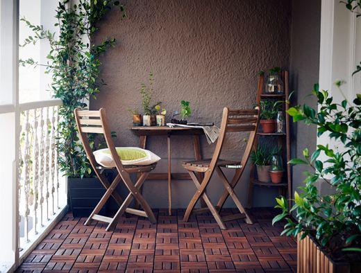 askholmen balkontisch und klappst hlen in akazie mit bodenrosten auf einem balkon interior. Black Bedroom Furniture Sets. Home Design Ideas