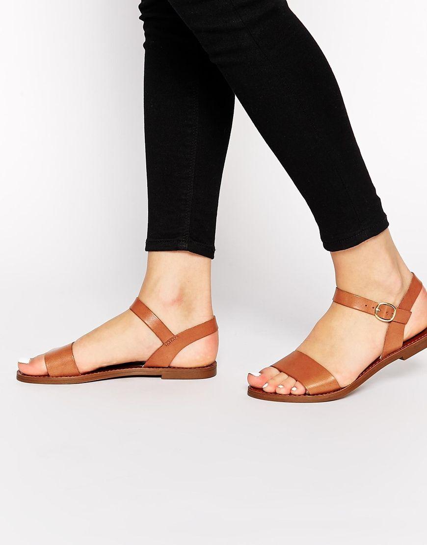Las sandalias son marrones. Puedes llevar con los jeans, los