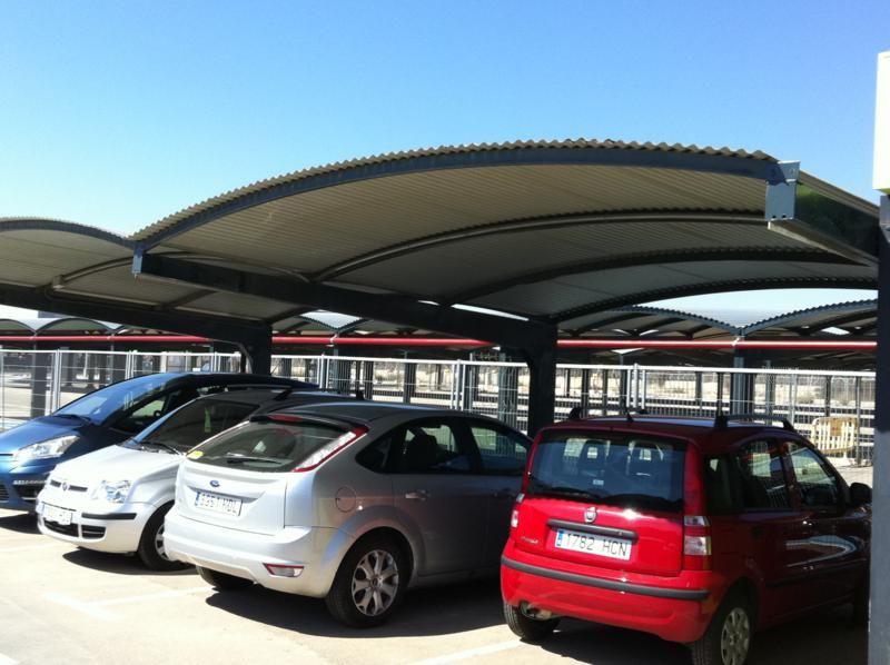 Marquesinas de aparcamiento y techos de parking para for Techos para garajes exteriores