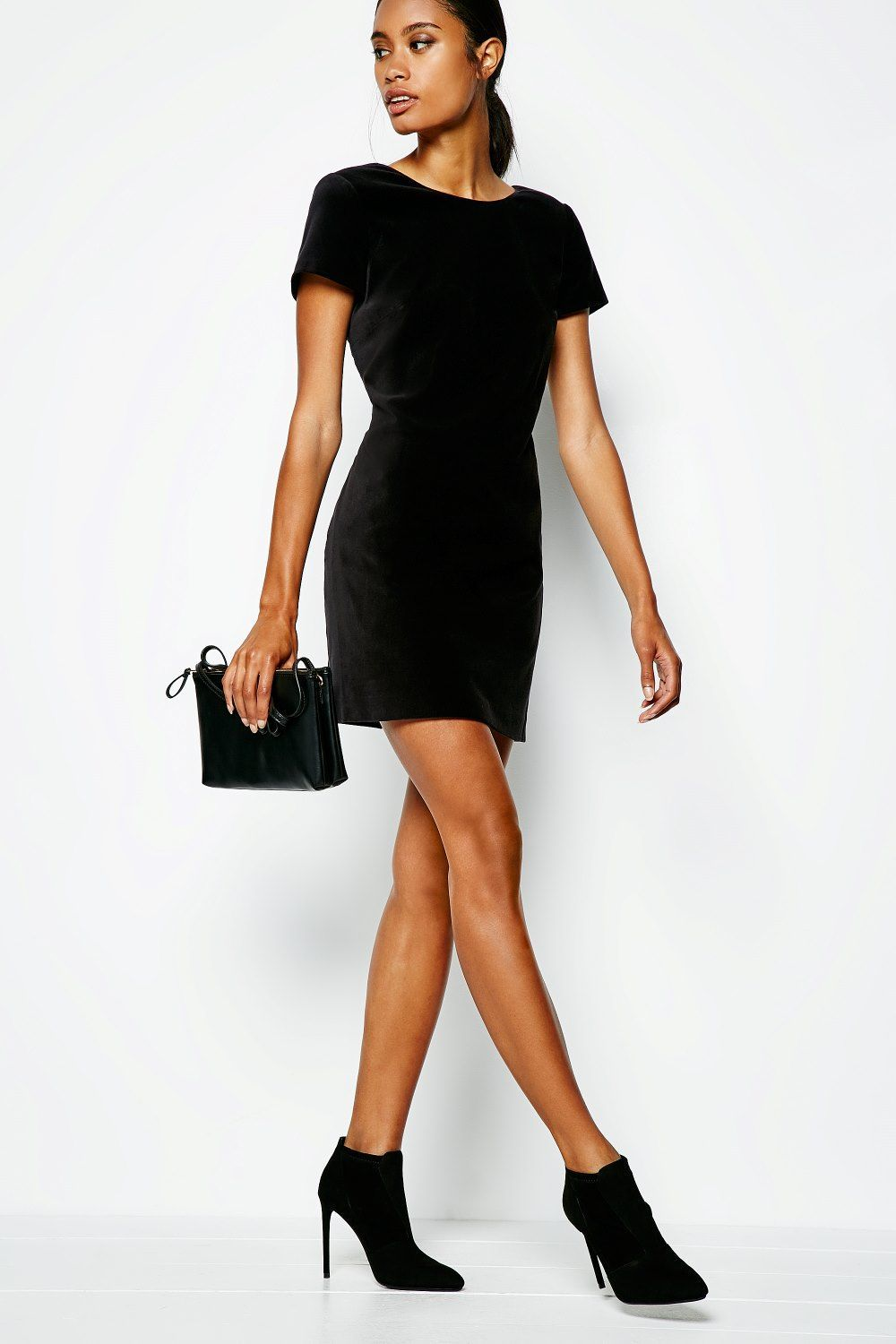 A Simple Black Velvet Shift Dress Looks Stunning With Simple Black Accessories To Amp Things Up Add Some Gold Jewelry Velvet Shift Dress Shift Dress Fashion [ 1500 x 1000 Pixel ]