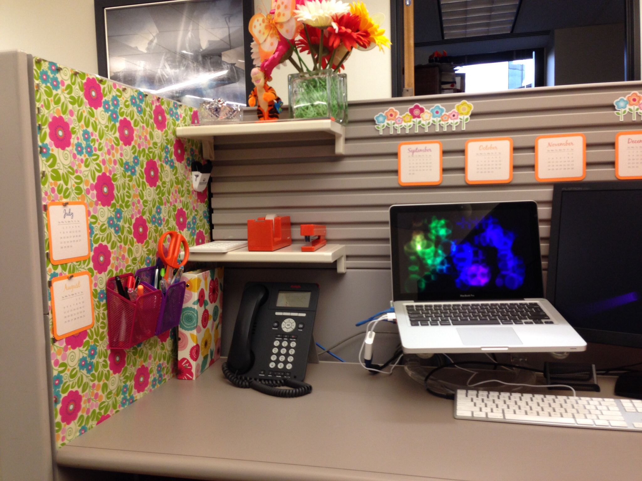Your cubicle doesn 39 t have to be ugly cubicle ideas Cubicle desk decorating ideas