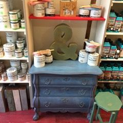 Little cabinet, painted in Aubusson Blue en Giverny Annie Sloan.