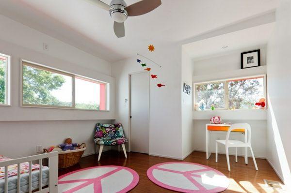 kinderzimmer mädchenzimmer teppiche weiße wände