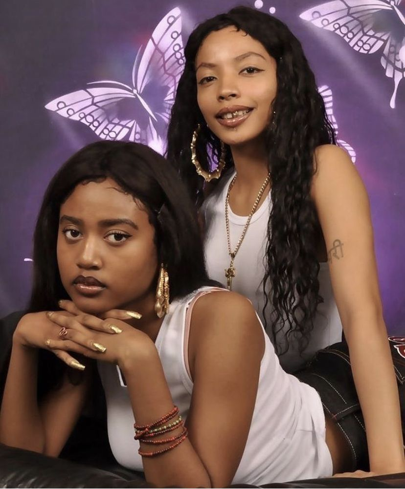 Pin By Wigcapcara On Y2k 90s Vibe In 2020 Photoshoot Backdrops Sisters Photoshoot Friend Photoshoot