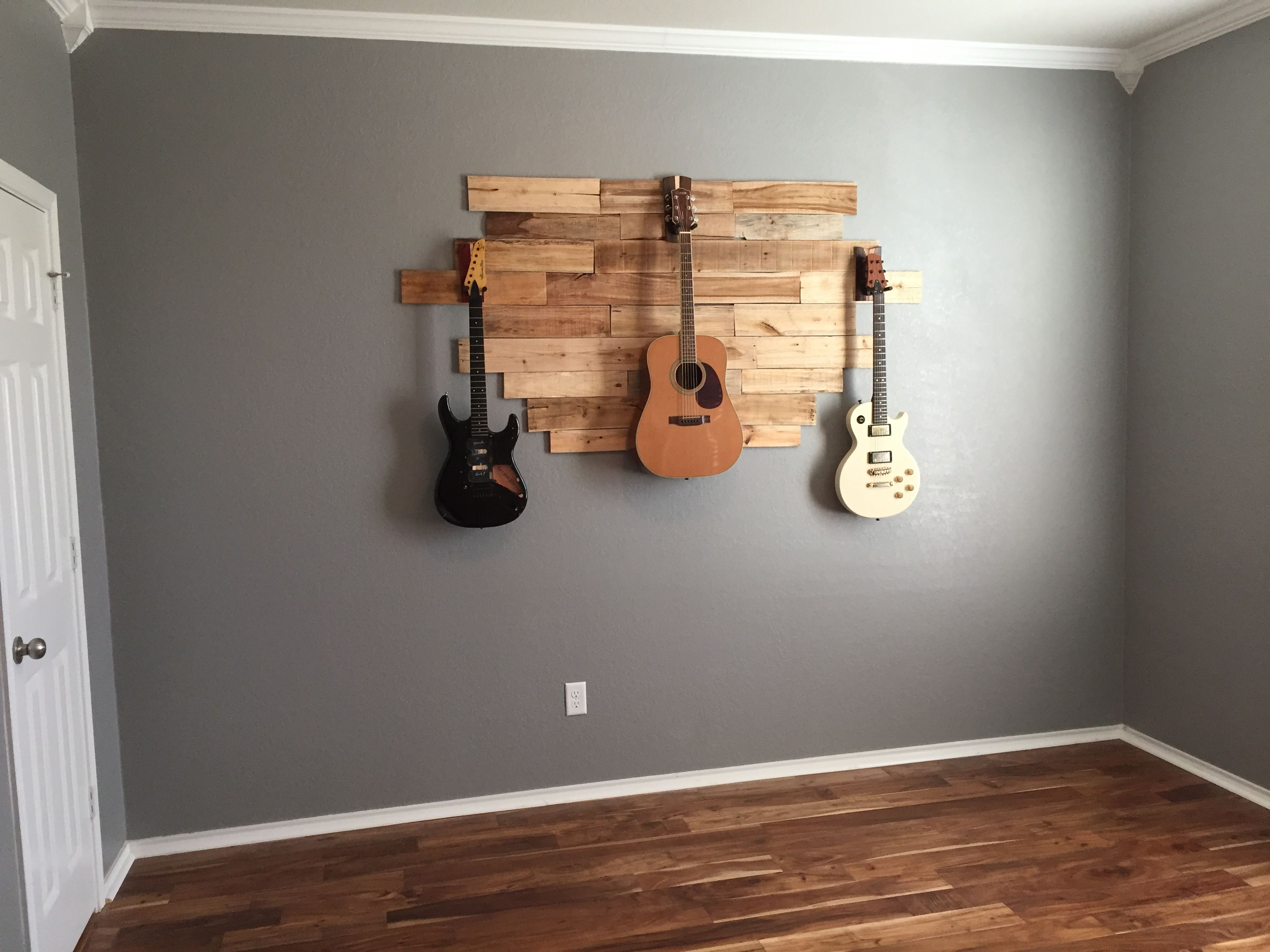 Diy pallet wood hanging guitar display weekend project for Diy hanging picture display