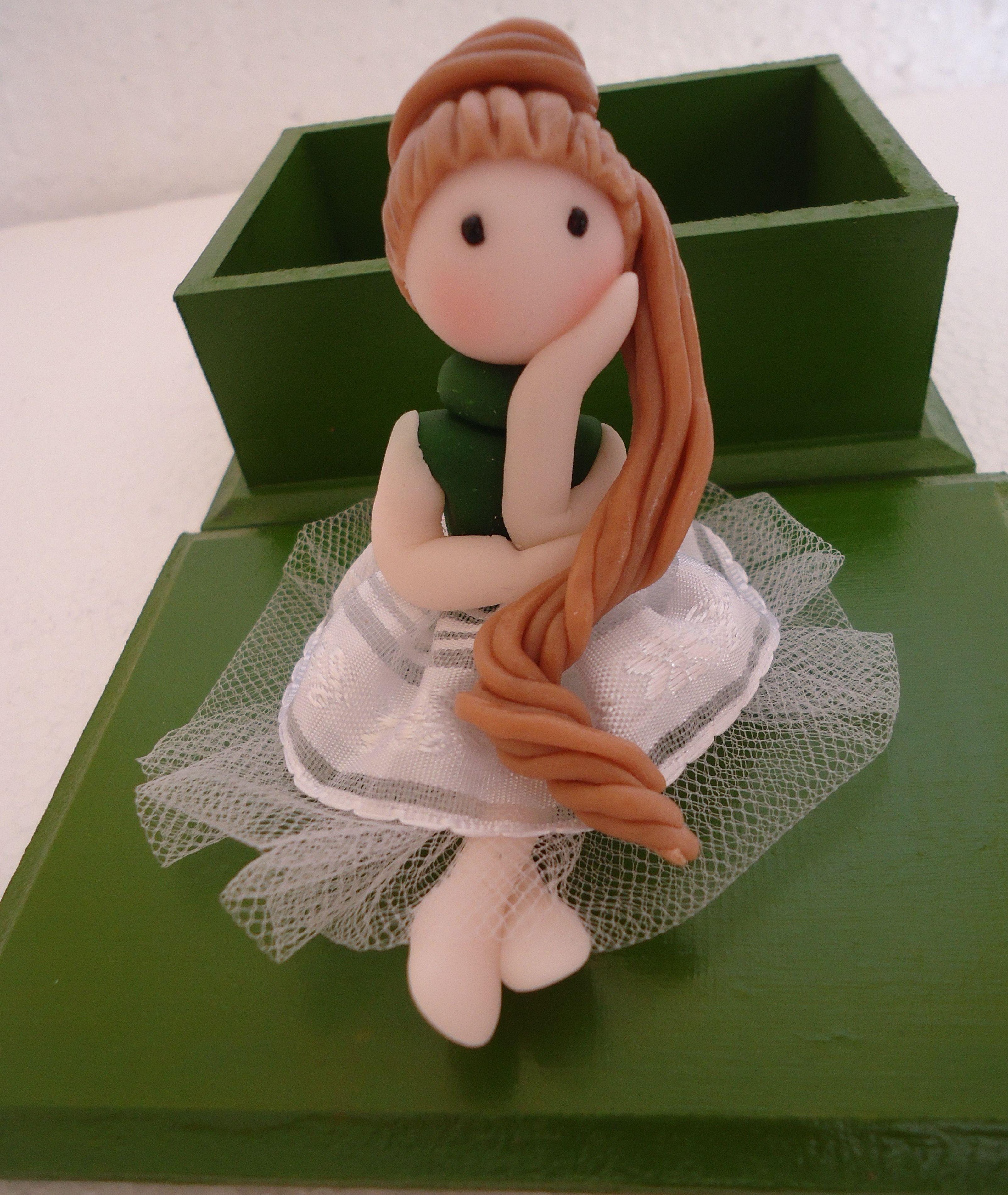 joyero de madera con pequeña bailarina en cerámica en frío ...