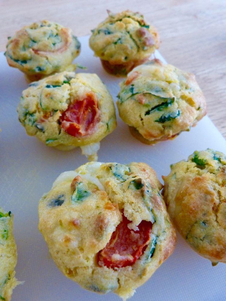 salzige Muffins mit Creme Fraiche, Tomaten und Mozzarella