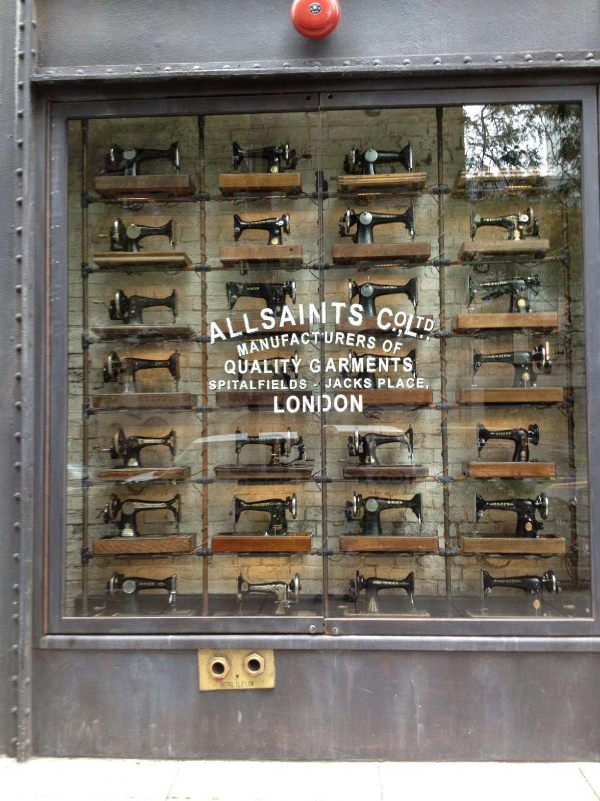 All Saints window display on Michigan Ave in Chicago デザイン
