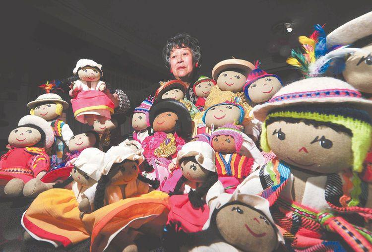 Felicidad Lara (Pilín) rodeada por sus Pilinchas que muestran la pluriculturalidad boliviana. Fotos: Wara Vargas
