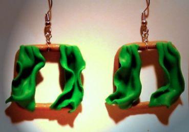Ohrringe Fenster mit grünen Vorhängen Modeschmuck handgefertigt aus Fimo Neuware