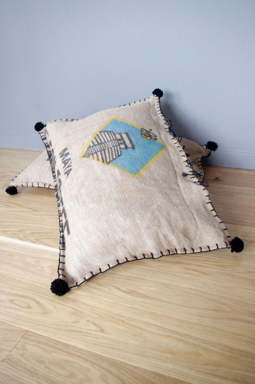 coussin de sol en sac caf en jute motif maya textiles et tapis par abracadabroc home. Black Bedroom Furniture Sets. Home Design Ideas