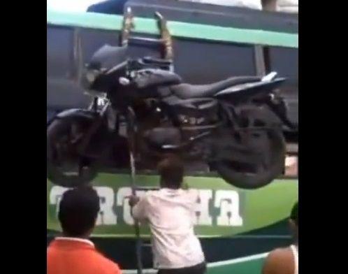 Así se sube una moto a un camión - i-Hugo