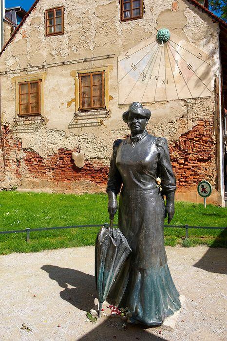 Statue Of Writer Writer Marija Juric Zagorka 1873 1957 And Sundial In Ivana Tkal I A Tkalc A Zagreb Hrvatska Zagreb Croatia Zagreb Croatia