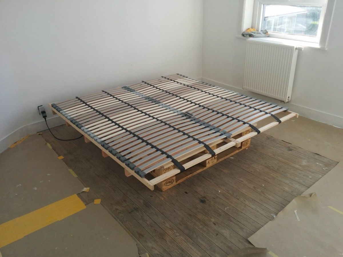 Lonset bed slats paired with pallets for a cheap diy bed for Bed base ikea