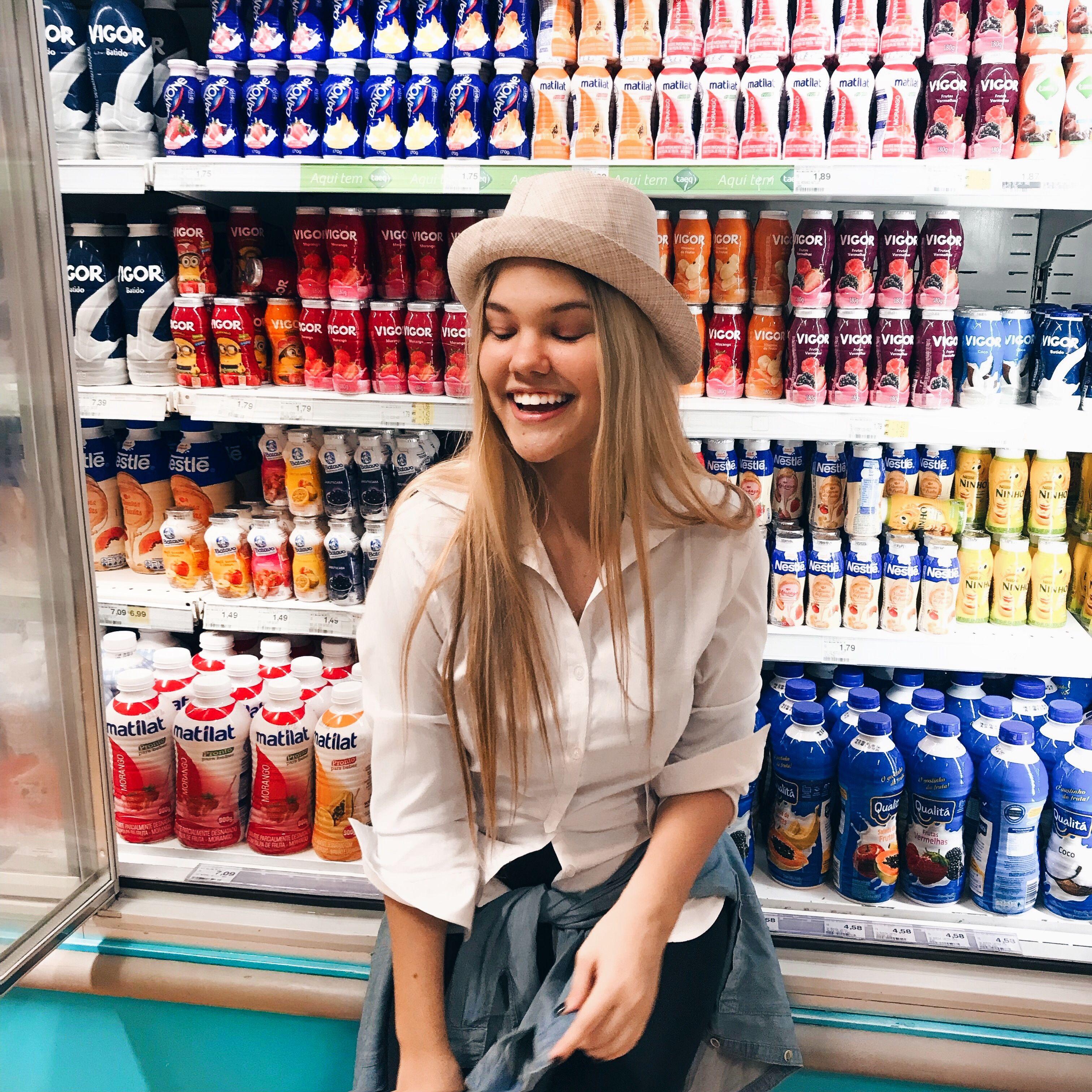 258461d2e32ac  supermarket  supermercado  chapéu  love  iogurte  drink  tumblr  milk   leite  iogurte  yorgut  hair  blondhair  lovely  smile  espontanea   mercado  bebidas ...