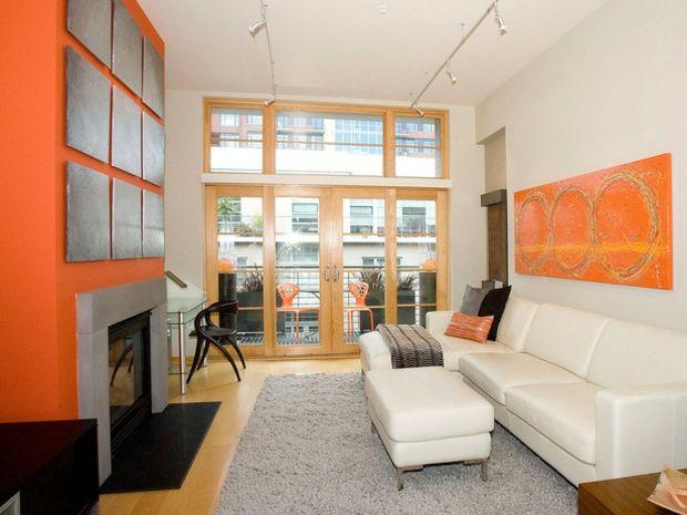 Wandfarbe graue Deko Akzente weißes Sofa Set Shaggy Teppich - Wohnzimmer Grau Orange