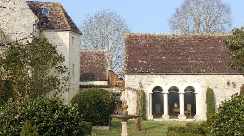 Joli manoir du xve siècle avec maison damis et joli jardin clos les