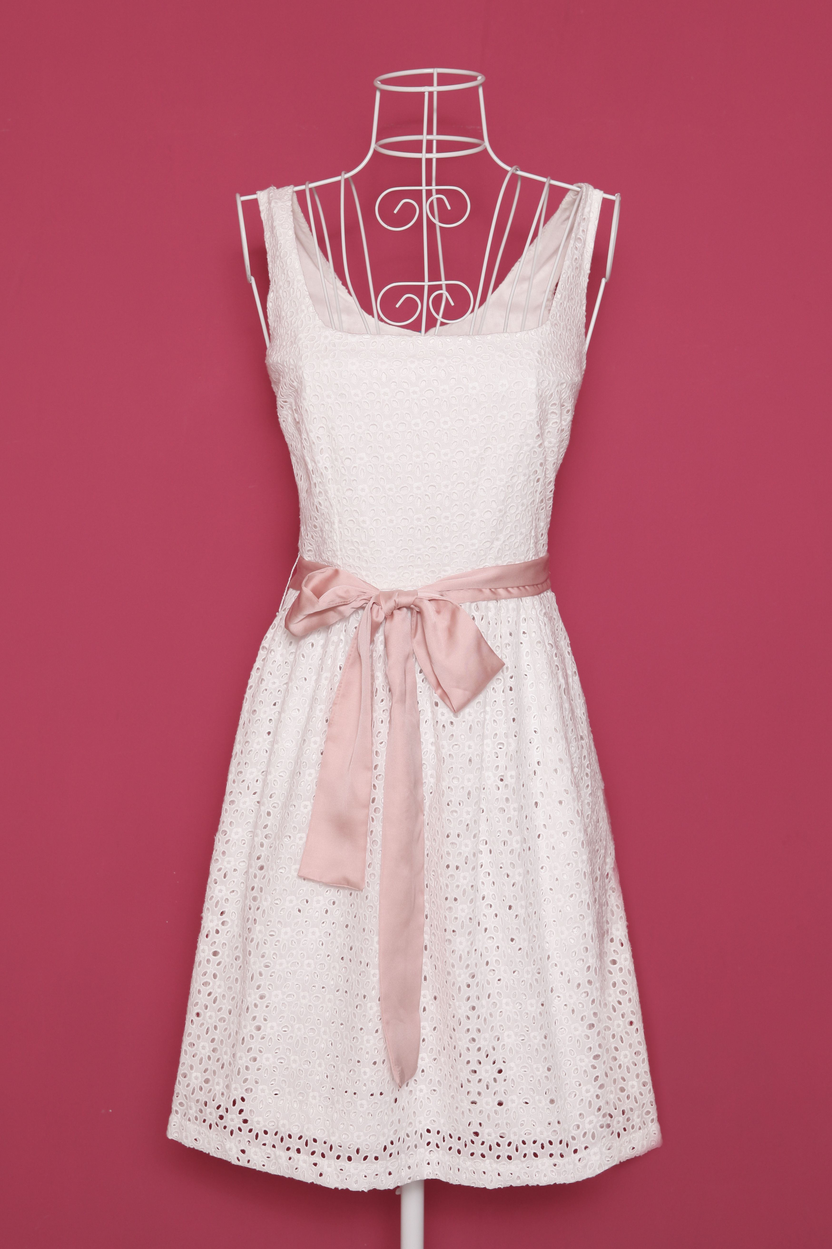 Vestido blanco con lazo nude. | Que mona que estaria | Pinterest ...