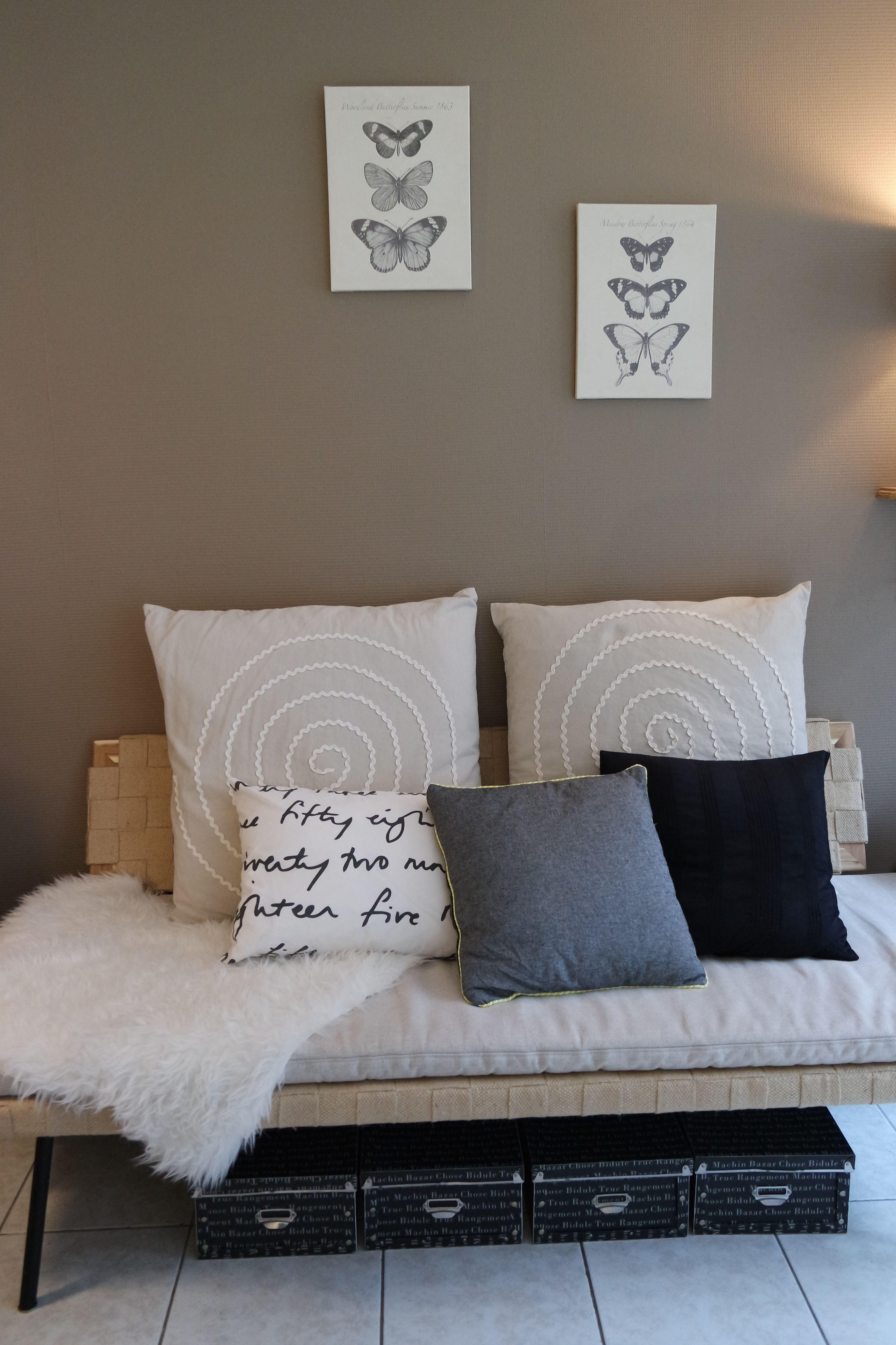 salon avec banquette sinnerlig ik a coussins peau de. Black Bedroom Furniture Sets. Home Design Ideas