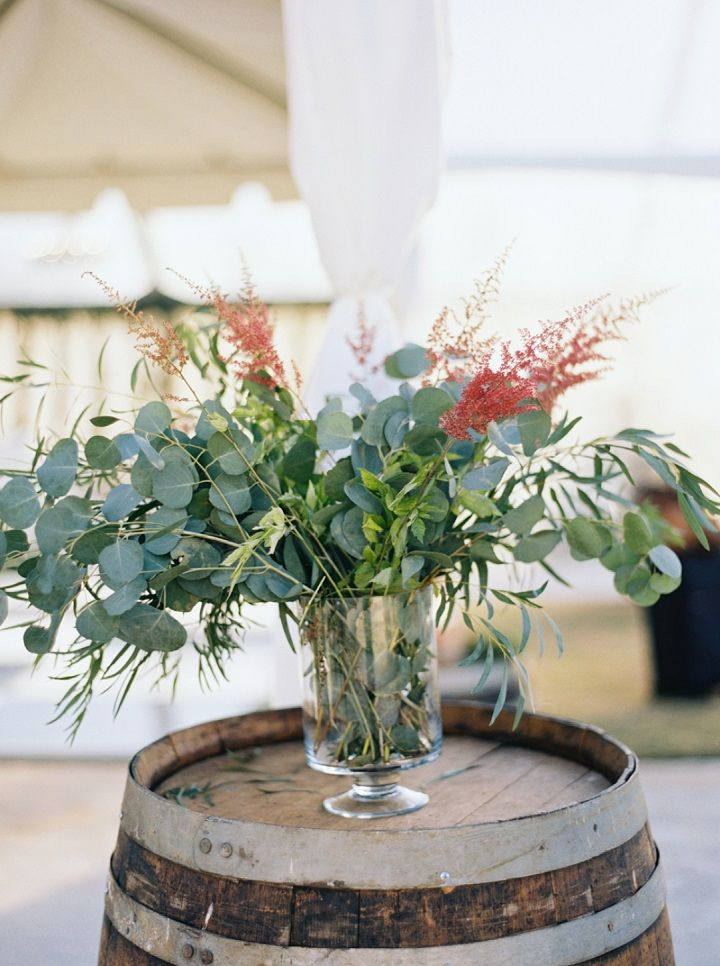 Wedding flower arranements | Fall backyard wedding with burgundy details | fabmood.com #wedding #fallwedding #chandelier
