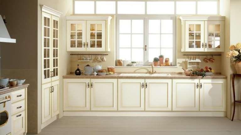 Idee per arredare una cucina classica - Cucina classica con ante a vetro