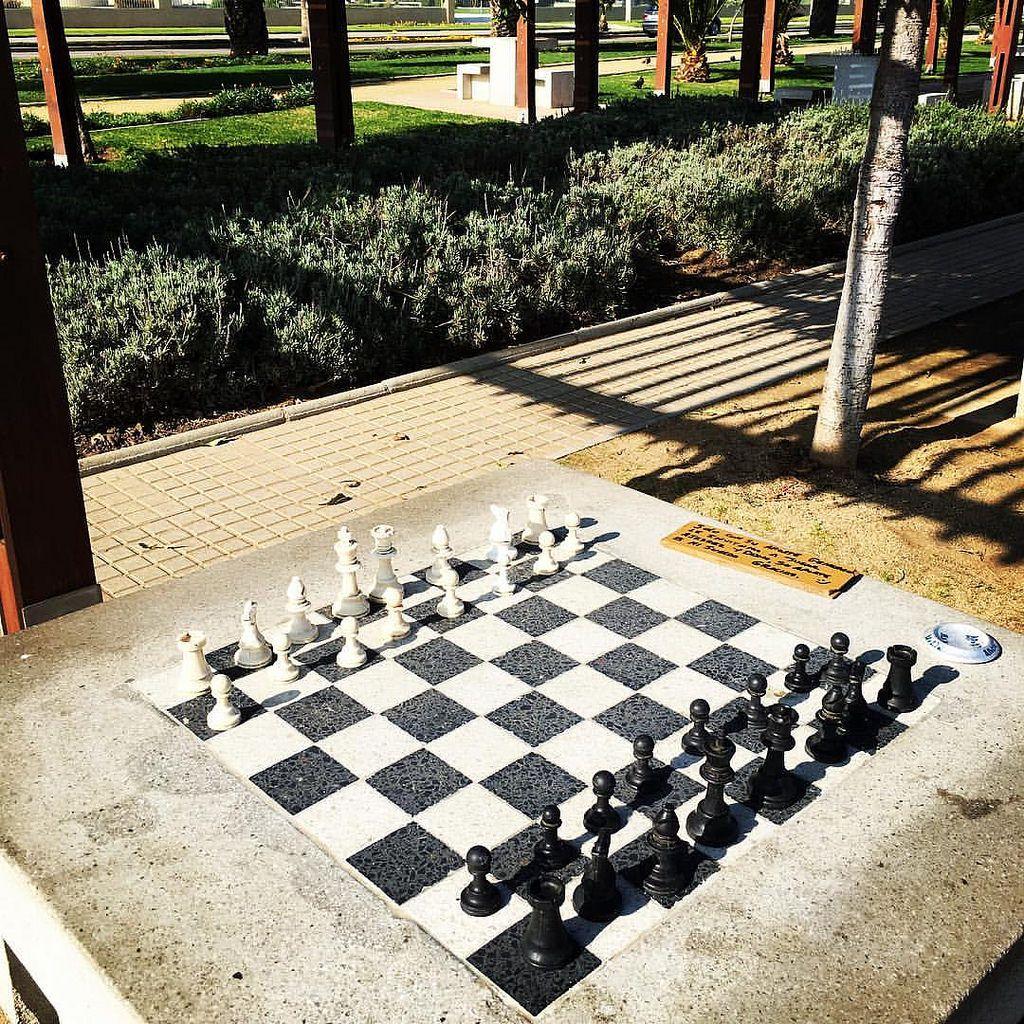 Un partido para esta mañana sabatina? #iphone6s #chile #viña #chess #ajedrez #street #mente #mind #playa #invierno by Lucho Fabres