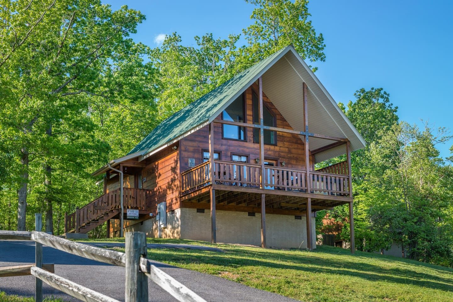Cozy, dogfriendly cabin w/ private hot tub & sweeping