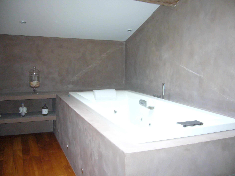 Parquet acajou mur beton cire plafond blanc | Salle de bain ...
