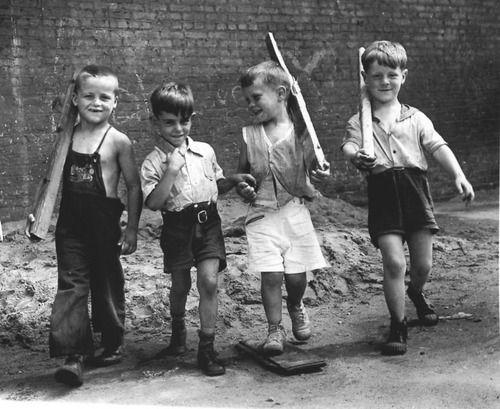 Marching boys 1943 photo arthur leipzig l 39 enfant qui ne joue pas n 39 est pas un enfant mais l - Jeux qui ne prennent pas beaucoup de place ...