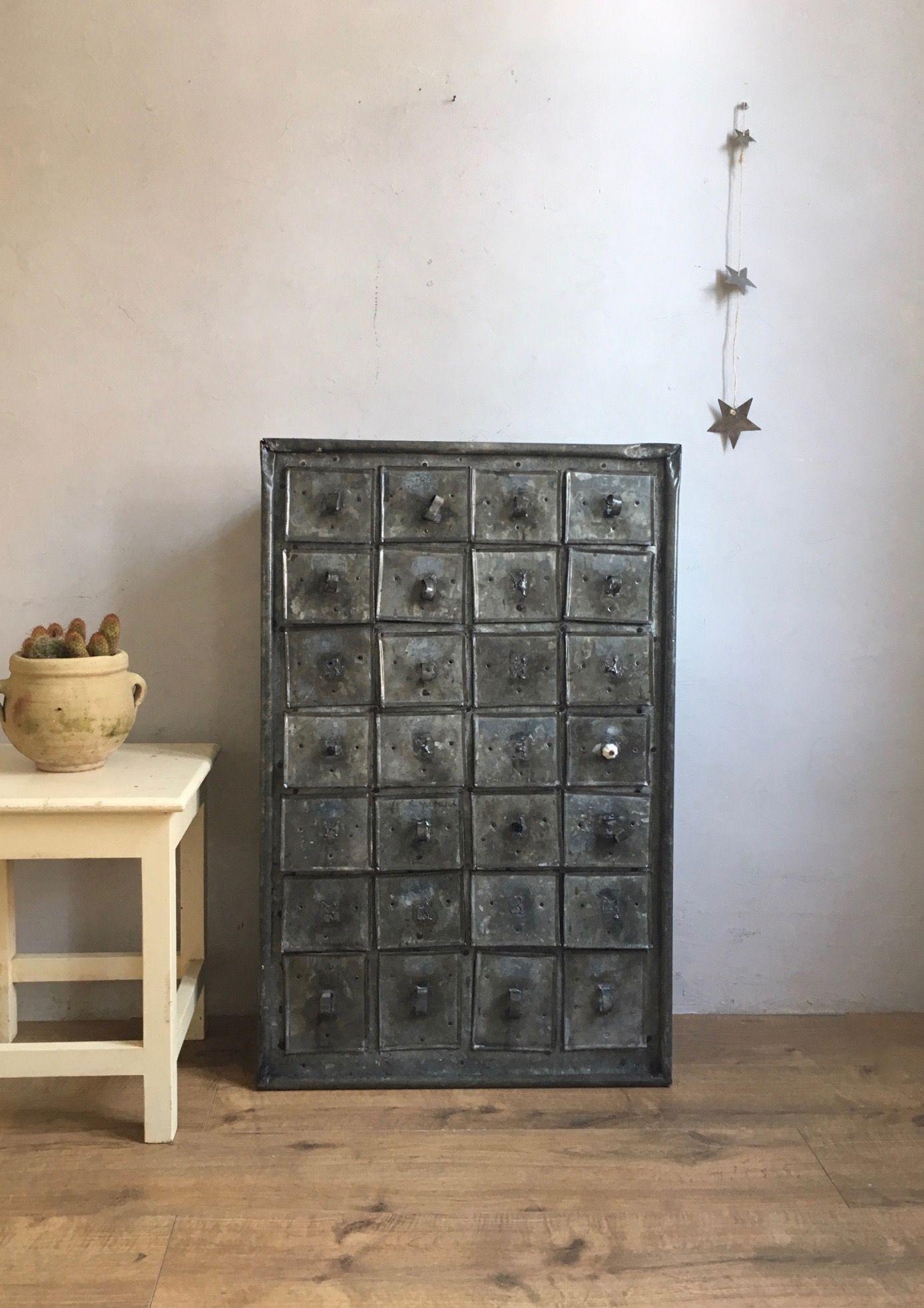 Meuble De Metier C Est Vintage Commodes Tables Et Buffets Vintage En 2020 Meuble De Metier Mobilier De Salon Commode Vintage