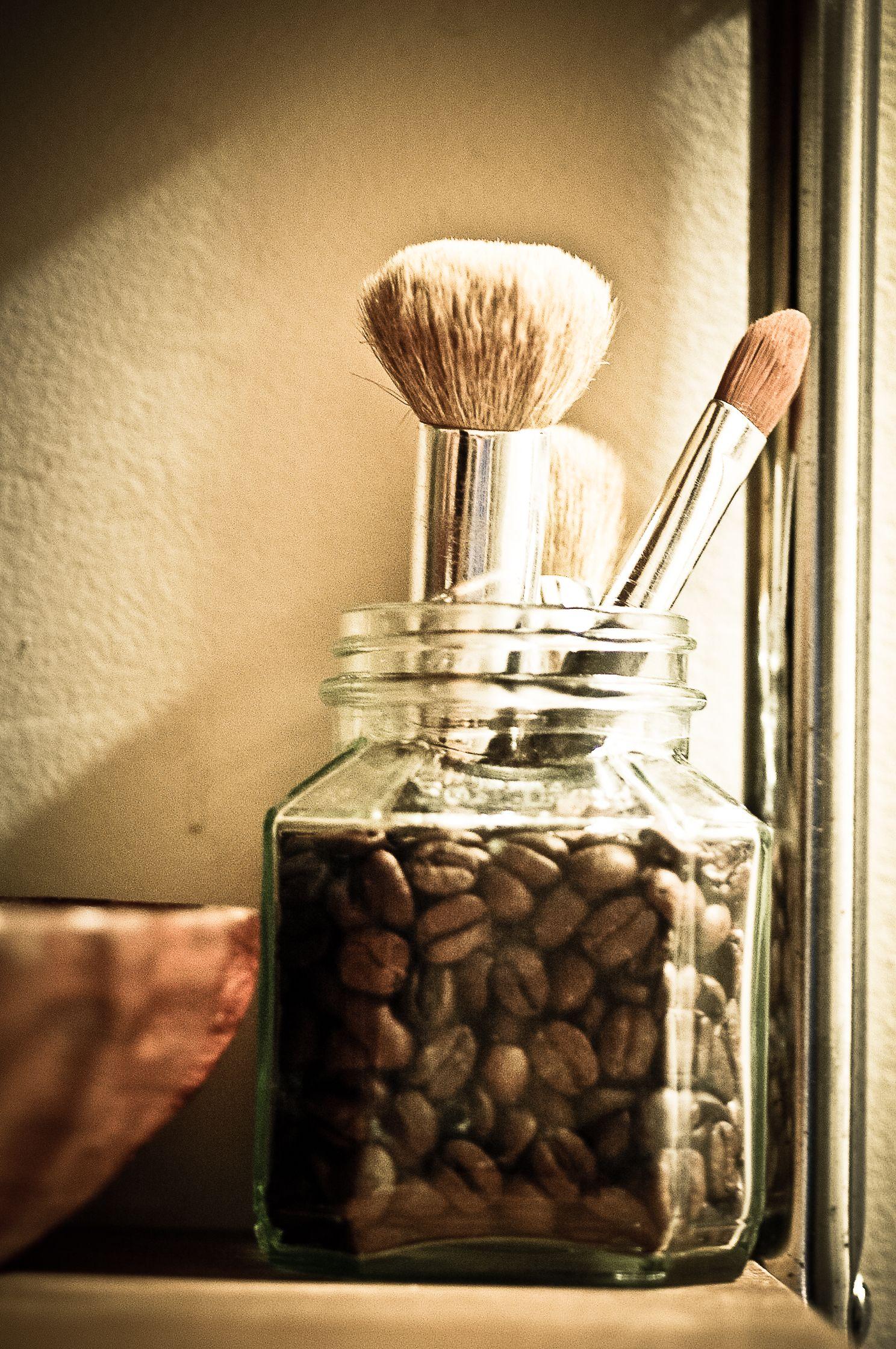 coffee beans + jar= makeup brush holder Diy makeup brush