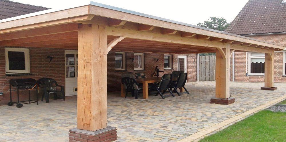 Klassieke robuuste houten veranda aan huis met plat dak lichtkoepel lichtstraat van lariks - Terras houten pergola ...