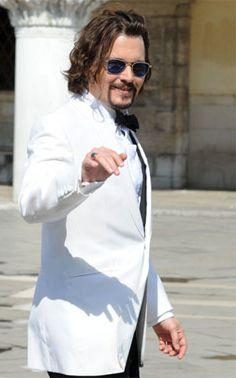6475d7e0210 Dans The Tourist Johnny Depp alias Franck Tupelo arbore avec élégance les  lunettes aviator Original Pilot