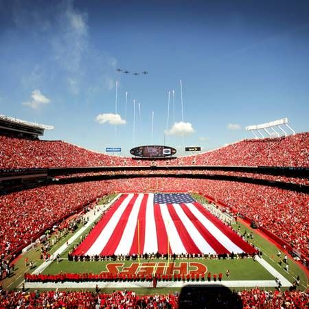 Love This Pic Stadium Packed And The City In The Background Kcchiefs Kansas City Chiefs Kansas City Arrowhead Stadium